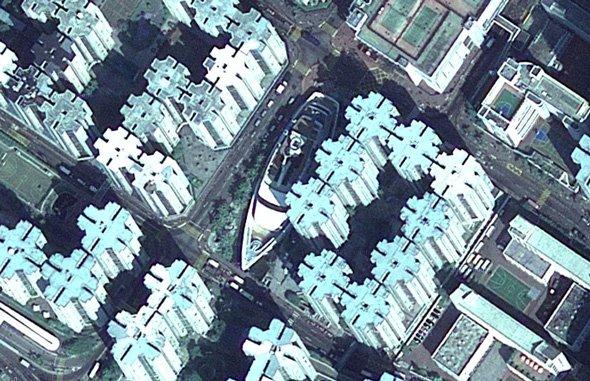 this-shipwreck-in-hong-kong-actually-contains-a-shopping-mall