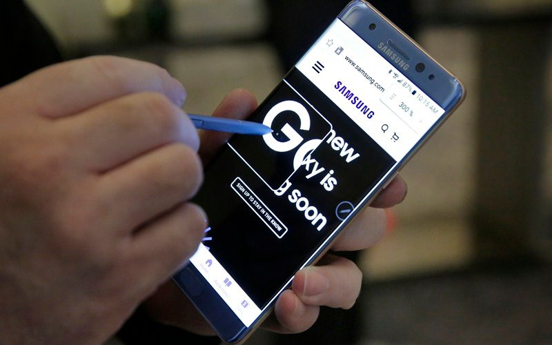 In this July 28, 2016, photo, a screen magnification feature of the Galaxy Note 7 is demonstrated, in New York. Samsung releases an update to its jumbo smartphone and virtual-reality headset, mostly with enhancements rather than anything revolutionary during a preview of Samsung products. (AP Photo/Richard Drew)
