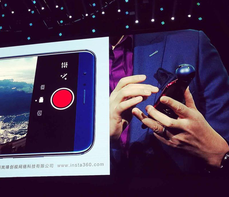 Ming_Zhao__President_of_Huawei_Honor_Business_Unit__holding_Honor_VR_Camera_close